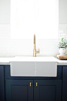 39 Popular Farmhouse Sink Faucet Design Ideas Perfect For Your Kitchen – Farmhouse Sink Window Brass Kitchen, Kitchen Remodel, Kitchen Design, Farmhouse Kitchen, Faucet Design, Kitchen Countertops, Farmhouse Sink Faucet, Blue Kitchens, Navy Kitchen