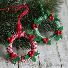 Mini-Wreath Ornaments with Mistletoe DIY