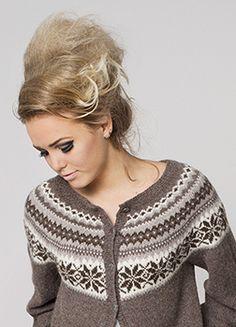 Ravelry: Nr 12 Nancy kofte med rundt bærestykke pattern by Sandnes Design Fair Isle Knitting Patterns, Knitting Stitches, Knitting Designs, Knitting Yarn, Knit Patterns, Hand Knitting, Wool Yarn, Motif Fair Isle, Norwegian Knitting
