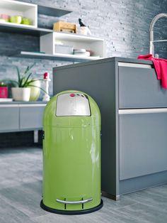 """KickMaxx® 35 - Die Großraum-Abfallbox mit """"Push""""-Klappe, breiter Fußreling und verzinktem Inneneimer."""