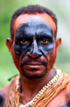 photo-papou-tribu Près d'un millier de tribus se partagent ces montagnes escarpées et ces vallées inaccessibles que les premiers occidentaux ne découvrirent que peu avant la seconde guerre mondiale, retrace le photographe Christophe Courtois, auteur de ces portraits de Papouasie-Nouvelle-Guinée. Au fin fond de ces Hautes-Terres, traversant fleuves en crue ou guerres tribales, quelques rares explorateurs courageux découvrent donc avec émerveillement ces « sauvages » rivalisant de beauté, de…
