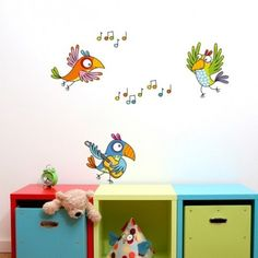 Ce sticker fiesta oiseaux de la marque Série-Golo apporte un décor ludique et coloré à la chambre d'un enfant.
