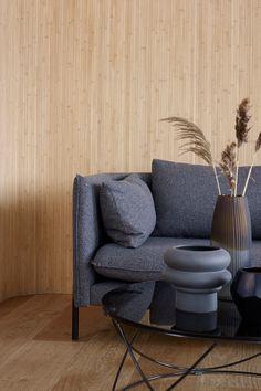 Flexbamboo er et fleksibelt veggprodukt bestående bambuslameller limt på en tekstilduk. Flexbamboo leveres i 3 lamellbredder og leveres på rull. Du bestiller det i så mange meter du behøver. Primært bruksområde er vertikale flater. Som navnet tilsier er dette et fleksibelt produkt, som kan benyttes til spennende design med buer og kurver#Flexbambus#spiletapet#ubehandlet#grå#sofa#vase#strå#glass#bord#stue#inspirasjon#grey#wallpaper#straw#inspiration#table#floor#gulv#Fargerike Ikea, Bamboo, Nature, Ikea Co