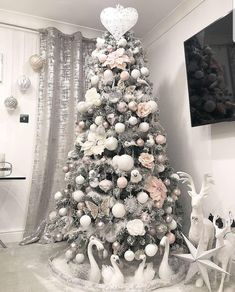 : Are you ready for Christmas inspiration? Take a look at our fabulous Christmas tree and Christmas decoration ideas. These fabulous Christmas ideas will immediately attract you. Elegant Christmas Trees, Christmas Tree Inspiration, Gold Christmas Tree, Christmas Tree Themes, Christmas Home, Christmas Ideas, Xmas Trees, Decoration Table, Xmas Decorations