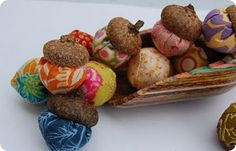 Free tutorial and pattern to make fabric acorns