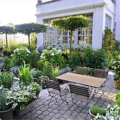 White and green is always fabulous Beautiful garden design #gardendesign #garden #villa #backyard #porch #patio #exterior #hage…