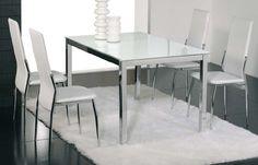 Conjunto de mesa metálica, con tapa de cristal blanco o negro. Md de mesa:90x140x75cm Cuatro sillas metálicas tapizadas en negro o blanco. Se sirve en Kit de muy fácil montaje y con instrucciones claras. Cristal templado de 8mm. Estructura metálica con recubrimiento cromado. Patas con tapas de plástico antirrayado. Tapizado en PVC lavable.