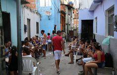 Moradores fazem bingo em viela de Pirituba, na zona norte de SP