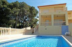 Villa Bajamar, disfrute de una genial estancia en esta acogedora villa de 4 dormitorios y capacidad para 8/9 personas.    Visite nuestra página web www.costacalpe.com para obtener información, fotos y precios