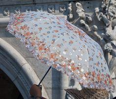 Venezia, la passione del fotografo per gli ombrellini delle turiste cinesi