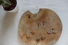 boucles d'oreilles de créatrice moderne et chic avec grelot bicolore en argent massif doré à l'or fin 24 carats et/ou laiton....