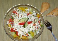 Papriky opečem až začne slupka černat teplé je dáme chvilku do sáčku, aby se zapařily a potom slupku stáhnem. Okurek, rajčata a papriku nakrájíme na stejně velké kostky osolíme opepříme přidáme nasekanou petrželku a trochu oleje. Můžeme zastříknout vinným octem na vrch nalámem sýr a je hotovo Pasta Salad, Cobb Salad, Guacamole, Ale, Food And Drink, Cooking Recipes, Fruit, Vegetables, Ethnic Recipes