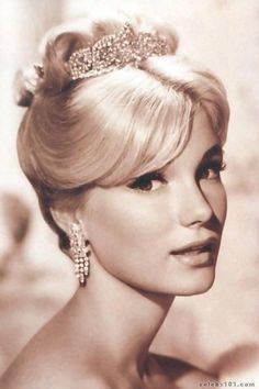 Yvette Mimieux Born: January 1942 (age Hollywood, Los Angeles, California, USA Spouse: Howard Ruby (m. Stanley Donen (m. Old Hollywood Glam, Classic Hollywood, Hollywood Fashion, Hollywood Stars, Classic Actresses, Beautiful Actresses, Classic Beauty, Timeless Beauty, Yvette Mimieux
