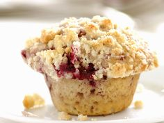 Fruchtig und luftig: Kirsch-Muffin mit Streuseln - smarter - Zeit: 25 Min. | eatsmarter.de