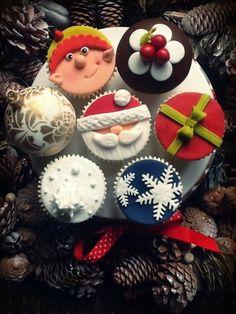 Cupcakes - Christmas Cake by Bethski Edible Christmas Gifts, Christmas Cake Decorations, Christmas Cupcakes, Christmas Sweets, Christmas Cooking, Noel Christmas, Christmas Goodies, Xmas, Christmas Snowflakes