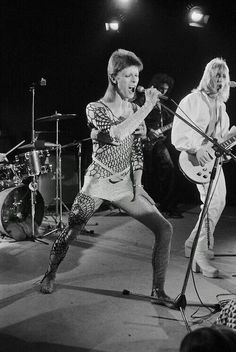 David Bowie and Mick Ronson performing in 'The 1980 Floor Show'