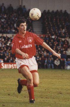 Roy Keane del Nottingham Forest (1990-1993) en la 1992/93. World Football, Football Soccer, Football Shirts, Nottingham Forest Fc, Roy Keane, Manchester United Players, Football Pictures, Vintage Football, Sports Stars