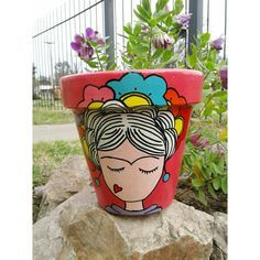 Maceta de Frida kahlo ❤ Flower Pot Art, Flower Pot Crafts, Clay Pot Crafts, Diy And Crafts, Painted Plant Pots, Painted Flower Pots, Flower Pot People, Ideias Diy, We Are The World