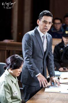 법정에서 의뢰인을 변호하는 송변호사(김형범)