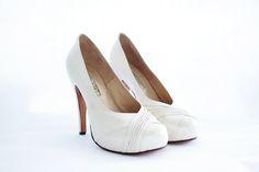 ADA Capellada: Cabretilla muy suave en colores manteca nacarado con plisado lateral. Forro: En cuero muy suave. Altura de taco : 11 cm Contiene plataforma interna de: 1.8 cm de plataforma cubierta Altura real del calzado: 9.2 cm (11 cm de taco – 1.8 de plataforma) Cómoda plantilla Colores: Combinación a tu gusto. #shoes #bridal #wedding #design #lailafrank #white #novia #luxury #boda #casamiento #party #zapato #tacos