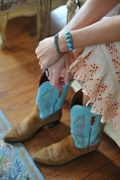 not sure i'd wear boots exactly like these, but them and the skirt are really cute... :D