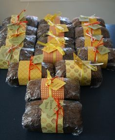cute idea to do a band of patterned paper tied with ribbon/tag. Rajani Gosalia wouldn't this be a great idea for Mom's persimmon bread? cute idea to do a band of patterned paper tied with ribbon/tag. Bake Sale Packaging, Bread Packaging, Packaging Ideas, Gift Packaging, Fall Baking, Holiday Baking, Christmas Baking, Christmas Goodies, Bake Sale Treats