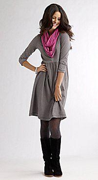 #autumntrends para el concurso de #womensecret. Deslumbra tu ciudad con este vestido gris de media manga adornado con un pañuelo rosa, unas medias y un par de botas, ambas en color negro.
