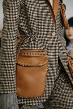dur a cuir ◈ Loewe fall winter automne hiver detail allure style look fashion mode couture leather leder Fashion Mode, Look Fashion, Fashion Details, Fashion Show, Fashion Outfits, Womens Fashion, Fashion 2018, Dress Fashion, Fashion Clothes