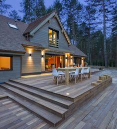 Czy można pogodzić marzenia o nowoczesnym domu, posesji położonej z dala od miejskiego zgiełku i życiu blisko natury? Jak znaleźć złoty środek, gdy podobają nam się zarówno drewniane domy, jak i współczesne