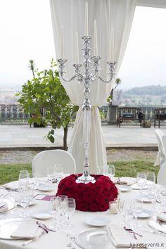 Centrotavola con caldelabro e base di rose rosse   Wedding designer & planner Monia Re - www.moniare.com   Organizzazione e pianificazione Kairòs Eventi -www.kairoseventi.it   foto Oscar Bernelli