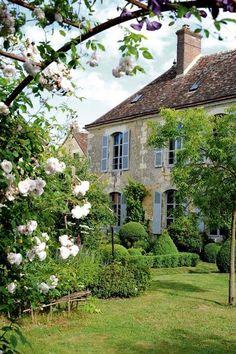 Un arche de roses qui crée une vue insolite sur ce joli jardin. Plus de photos sur Côté Maison http://petitlien.fr/7etc