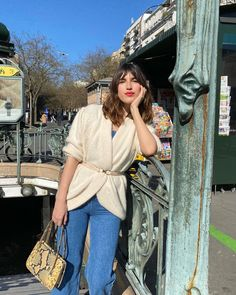 Смотри галерею - парижская уличная мода 2021, 40 актуальных образов! Photo: @jeannedamas #тренды2021 #весна2021 #образы2021 #уличныетренды2021 #джинсы2021 #актуальныеобразы2021 #базовыйгардероб2021 #парижскийстиль2021 #гардероб #стиль #женскийгардероб #джинсы2021 #образынавесну Jeanne Damas, Parisienne Chic, Spring Summer Fashion, Spring Outfits, Winter Fashion, Zara, Victoria, French Fashion, Everyday Outfits