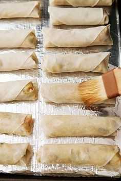 Baked egg roll 31 Healthier Baked Versions Of Fried Foods Healthy Eating Tips, Healthy Baking, Healthy Recipes, Healthy Nutrition, Drink Recipes, Appetizer Recipes, Appetizers, Egg Roll Recipes, Recipes Using Egg Roll Wrappers