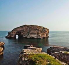 Sardala koyu/Kandıra/Kocaeli/// İstanbul'da günübirlik gezebileceğiniz yerlerden biri olan Sardala Koyu, hem denize girmenizi hem de keyifli bir hafta sonu geçirmenizi sağlıyor. İstanbul şehir merkezine yaklaşık 110 km uzaklıkta olan Sardala Koyu Kocaeli'ne bağlıdır. Buraya gitmek için öncelikle Ağva'ya ulaşmanız gerekecek. Turkish Delight, Middle East, Places To Travel, Trips, Paradise, Wanderlust, Landscape, Country, Water