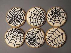 Spider Web cookies for Halloween. Visit for cookie decorating tutorials! Halloween Party Snacks, Halloween Desserts, Postres Halloween, Halloween Cookies Decorated, Halloween Sugar Cookies, Theme Halloween, Halloween Goodies, Halloween Cupcakes, Decorated Cookies