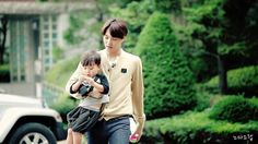Kai with his baby look-alike ❤# HE'S THE PERFECT FATHER FOR KIDS! LOOK AT HIM♡.♡ >_< T.T