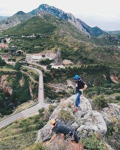 Setting up a rappel in #Jubera with my climbing bro @alvarochopo. : @rocio_folkvangr. - - - #climbers #climbing_lovers #climbing_pictures_of_instagram #climbing #escalada #LaRiojaapetece #outdoors #gooutside #climbingporn