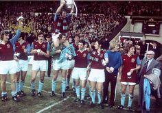 aston-villa-1974-75-league-cup-final-celebrations-wembley