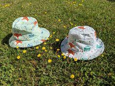 Le bob bébé réversible - Two pour le DIY ! Blog DIY Bob Bebe, Metre De Couture, Point Invisible, Diy Cadeau, Hats, Blog, Inspiration, Brother, Birth