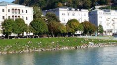 Salzburger genießen einen sonnigen Herbsttag an der Salzach. Nur die Färbung der Bäume kündigt die kalte Jahreszeit schon an. #mh