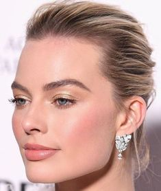 margot-robbie-baftas-makeup-boots-foundation