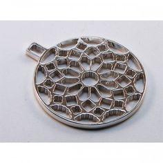 #Colgante #rosetón en #plata. 38mm de diámetro 13,20 grs Acabado brillo #rodio Con collar de hilo negro #trenzado.