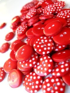 200 RED Polka Dot Buttons 1cm from the UK also por BigFish en Etsy
