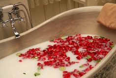 Know the various health benefits of Detox Bath. Try these 5 easy Homemade detox bath recipes made using Apple Cider Vinegar, Sea Salt, Essential Oils, Ginger and Baking Soda. Homemade Beauty, Diy Beauty, Beauty Hacks, Beauty Spa, Beauty News, Beauty Stuff, Beauty Care, Fashion Beauty, Health And Beauty Tips