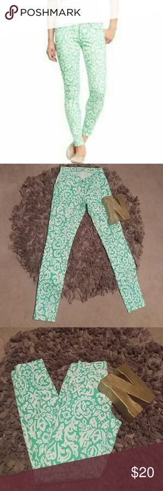 Final Price Old Navy Rockstar Floral Print Green EUC! Old Navy Rockstar Floral Print Green Sz. 2 Excellent condition Beautiful floral mint green Paisley print on the jeans. Skinny Old Navy Jeans Skinny