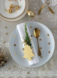 Best Christmas Table Decor ideas for Christmas 2019 where traditions meets grandeur - Hike n Dip Make your Christmas special with the best Christmas Table decoration ideas. These Christmas tablescapes are bound to make your Christmas dinner special. Magical Christmas, Noel Christmas, Beautiful Christmas, Christmas 2019, Scandinavian Christmas, Modern Christmas, Christmas Lunch Ideas, Christmas Crafts, Purple Christmas