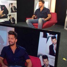 """""""Promo day en #Madrid #RickyAQQE #AQuienQuieraEscuchar"""", escribió Ricky Martin en su cuenta de Instagram, el 10 de marzo de 2015. Demasiado Ricky en una sola imagen, nos va a dar """"Rickyception""""."""