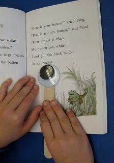 Handig hulpmiddel voor beginnende lezers. Een houten stokje van bv. ijsjes of van de dokter ... en daar kleef je een bewegend oogje op (Googly eyes).