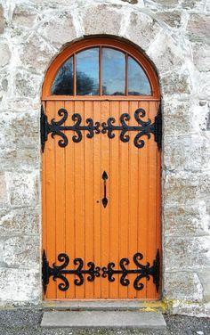 Lovely door in Skedsmo, Akershus, Norway. Cool Doors, Unique Doors, Door Knockers, Door Knobs, Scandinavian Doors, Portal, When One Door Closes, Yellow Doors, Closed Doors