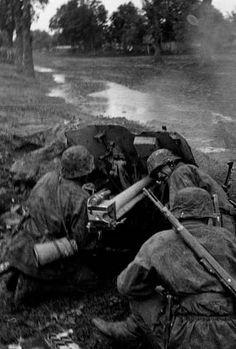 Des Waffen-SS font feu de leur pièce légère antichar de 37 mm au tout début de l'opération Barbarossa. Si l'arme est très précisé, relativement discrète même lorsqu'elle fait feu et possède une bonne cadence de tir..